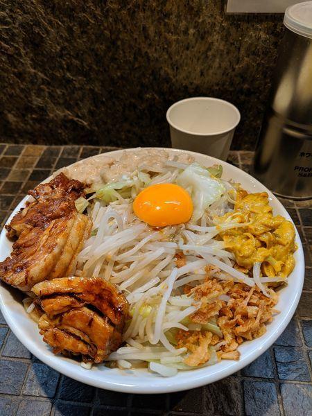 「マゼロー(小)豚2枚ヤサイアブラ+アレ」@まぜそば(麺)マゼロー 小岩店の写真