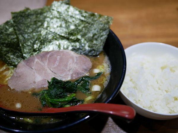 「ラーメン 麺硬め+味濃いめ+ライス」@麺家 黒の写真