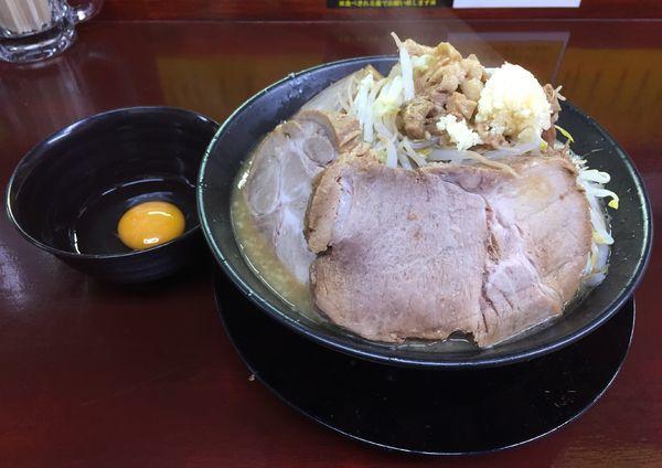 「らーめん正油(ヤサイニンニクアブラ生卵)+豚2枚」@僕との麺の写真