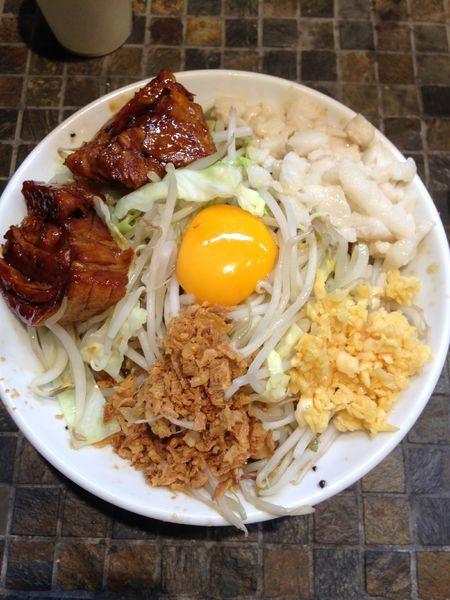 「マゼロー小豚2枚」@まぜそば(麺)マゼロー 小岩店の写真