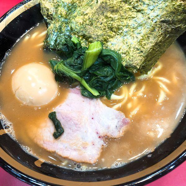 「ラーメン ¥700 (うす味 油少なめ)+味玉 ¥40」@家系総本山 吉村家の写真