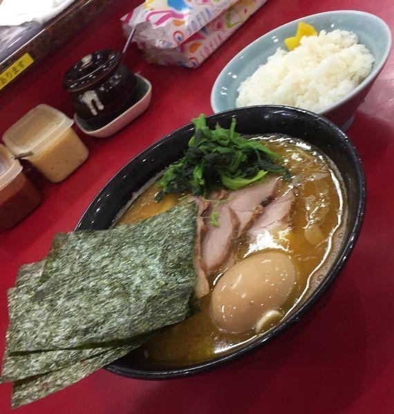 「チャーシューメン並(麺硬め油多め)+味付玉子+ライス」@杉田家 千葉店の写真