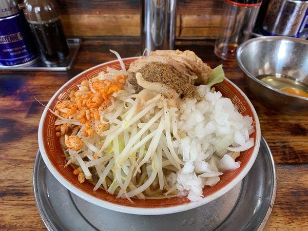 「小ラーメン(ニンニク、アブラ、魚粉、カラアゲ)生玉子」@麺でる 多摩センター店の写真