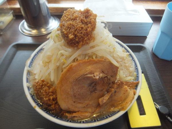 「ラーメン830円(味濃いめ麺柔らかめニンニクアブラ多め)」@山勝角ふじ 二十世紀が丘店の写真