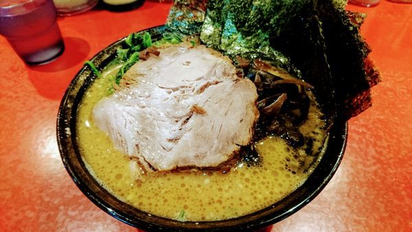 「ラーメン(麺硬め・味濃いめ)+海苔・木耳・特上チャーシュー」@厚木家の写真