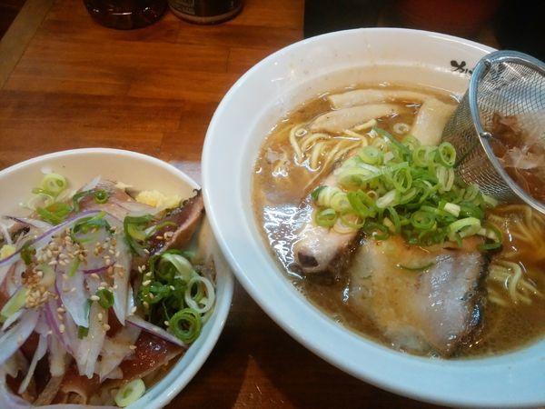 「らーめん + かつおタタキ丼」@らーめん かつお拳の写真