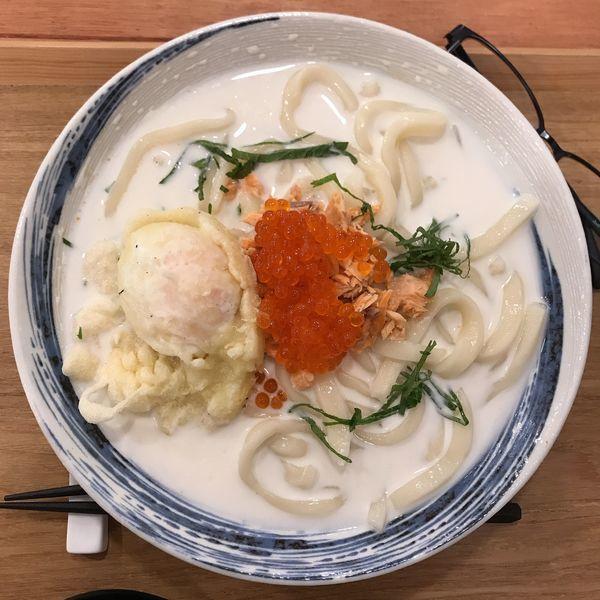 「鮭とイクラ親子冷やしうどん+トロトロたまご天」@牛かすうどん りっちゃん 鶴見店の写真