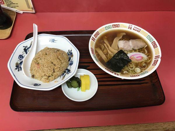 「半チャーハンとラーメン(漬物付き) 700円」@中華料理 新華楼の写真