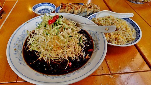 「限定/冷し黒酢麺+大盛り+チャーハンセット+餃子」@中国ラーメン 揚州商人 昭島モリタウン店の写真