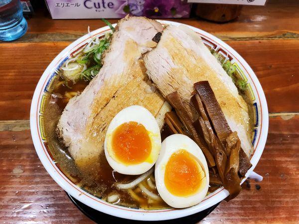 「あっこく麺のデカ盛デカ肉に味玉とねぎだく」@長尾中華そば 東京神田店の写真