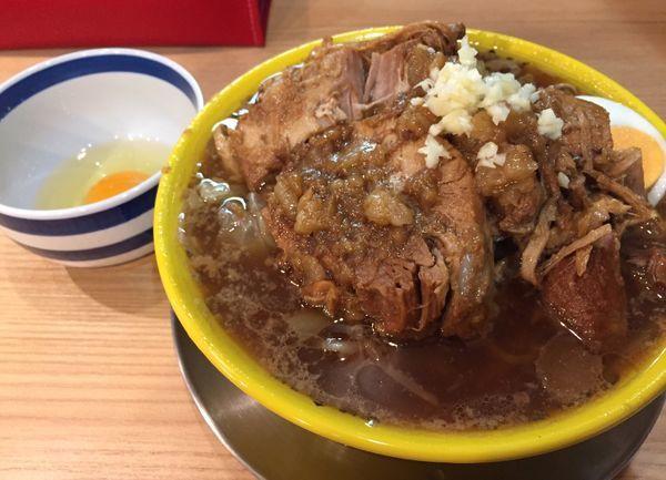 「ミニ豚そば(野菜ちょいマシちょいアブラニンニク)+豚増+生卵」@茨城豚そば 特龍 水戸堀町店の写真