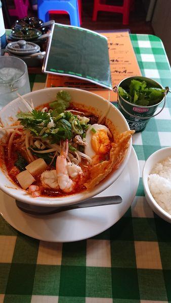 「トムヤムクンラーメン(中細麺センレック)+パクチートッピング」@ナ・トゥンテンの写真