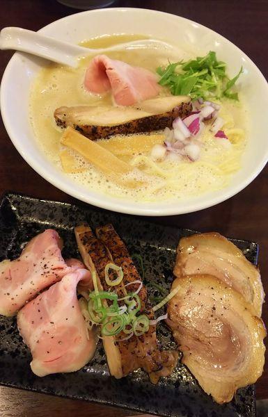 「濃厚鶏白湯らーめん(塩)+三種の肉増し」@麺場ニ寅 川越店の写真