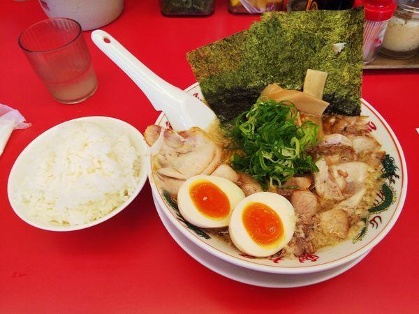 「特製醤油厳選全部のせラーメン・小ご飯」@ラーメン魁力屋 南行徳店の写真