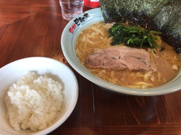 「ラーメン中盛りと半ライス」@横浜らーめん 田村家 足利店の写真