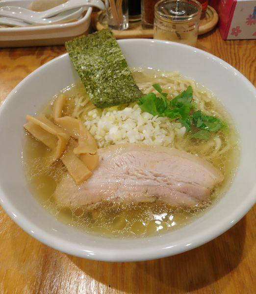 「鶏だし中華そば 塩 中盛 平打ち麺」@麺屋くおん 上里店の写真