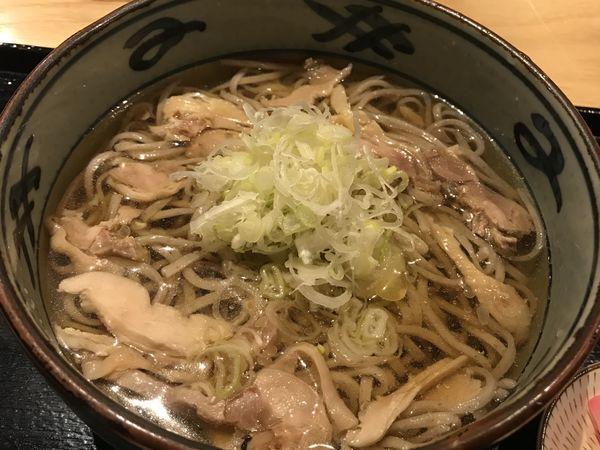 「肉そば 冷  810円」@山形蕎麦と備長炭炙り酒家 YEBISU亭 仙台店の写真