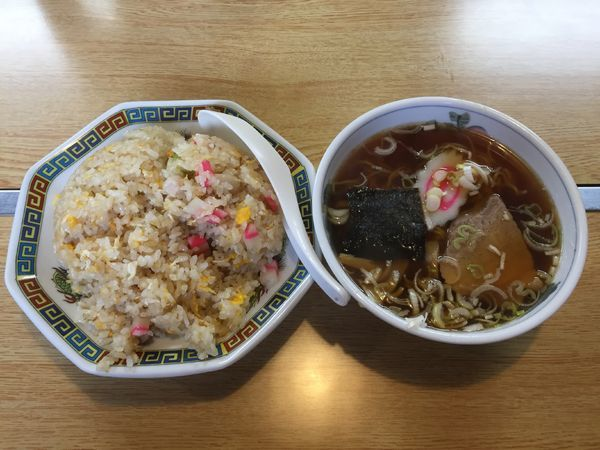 「チャーハン・半ラーメン【セットメニュー】」@中華料理 亀田屋の写真