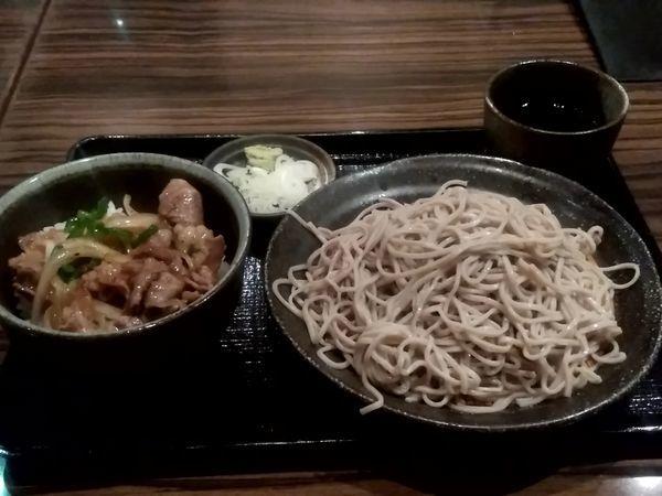「週替わり丼セット(牛カルビ丼+冷たいそば)870円」@遊天の写真