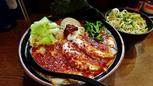 「赤いとき卵SPラーメン+中盛り+ネギめし」@ラーメン 大山家 昭島店の写真
