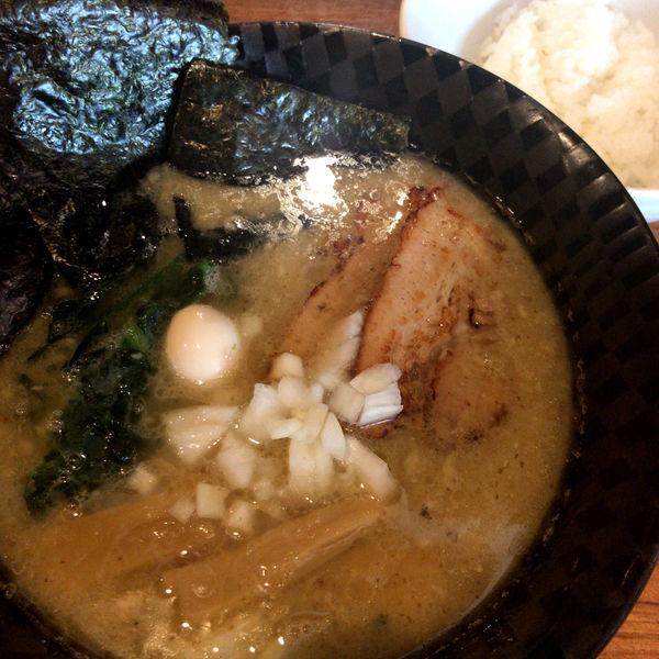 「家系ぽいの好き 750円 ごはん 100円」@麺&cafe Coi.Coi.の写真