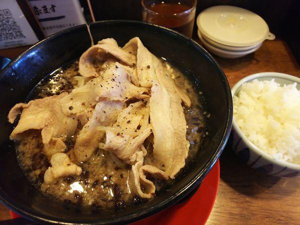 「ド根性の醤油の麺少なめ+肉盛り+ご飯セット 930円」@神戸ちぇりー亭 長田店の写真