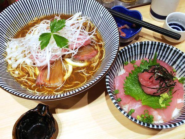 「鹿児島産カンパチそば+釣りマグロの生マグロ丼 950+500円」@寿製麺 よしかわ 西台駅前店の写真
