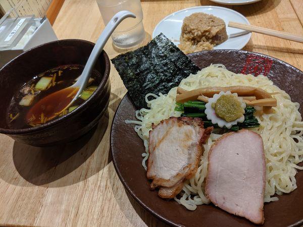 「手打つけ麺 大盛 ¥900 チューシューおにぎり(1個)¥70」@とら食堂 福岡分店の写真