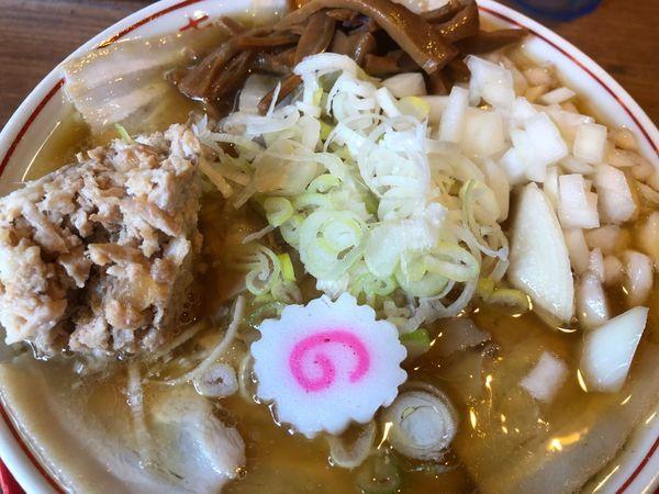 「煮干中華そば+ほぐし肉+玉ねぎ」@肉煮干し中華そば さいころの写真
