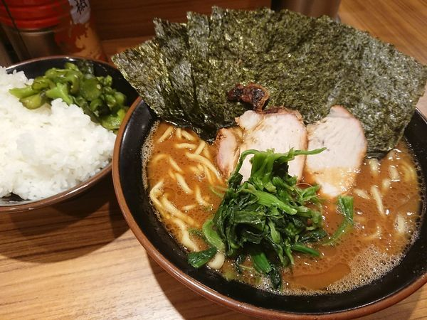 「ラーメン中 海苔とご飯」@横浜家系らーめん 輝道家の写真