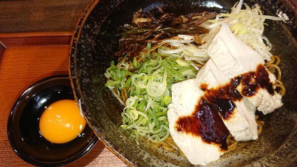 「上海まぜそば  卵黄と蒸し鶏」@上海まぜそば拌麺888 大阪城公園店の写真