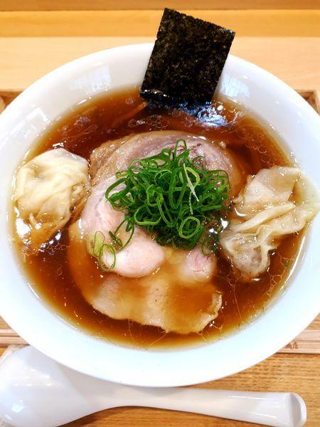 「わんたん入りしょうゆらぁ麺1350円」@らぁ麺 飯田商店の写真