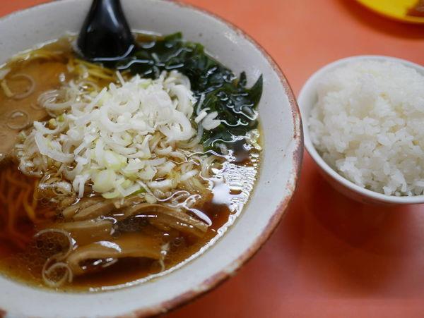 「らーめん 麺硬め+サービスライス+茹で玉子1個」@珍來 北千住店の写真