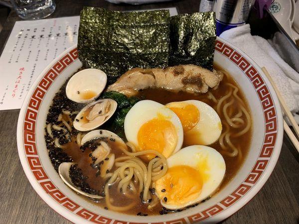 「鶏白湯はまぐり味噌 玉子黒ラーメン」@神田 焼きはまぐり STAND 神田日銀通り店の写真