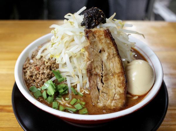 「ガツ盛りしびれベトコン味噌でカレー…970円」@ラーメン・つけ麺 爆王の写真