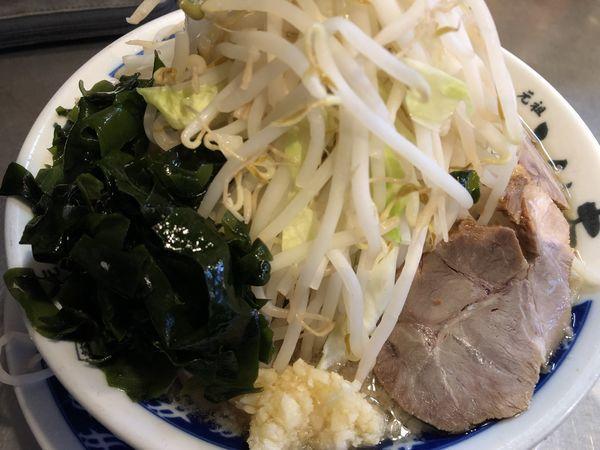 「塩らーめん 700円(野菜多め、ニンニク、サービスワカメ)」@らーめん大 平井店の写真