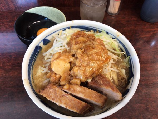 「ぶた小ラーメン(ニンニク、アブラ)+生たまご 900円」@ラーメン二郎 めじろ台店の写真