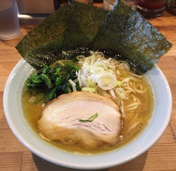 「豚骨ラーメン(麺硬め油多め)」@鶴一家の写真