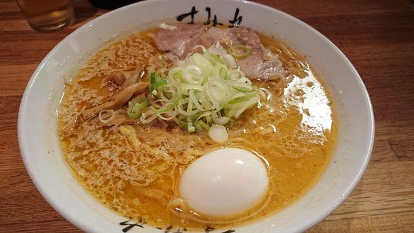「味噌ラーメン+半熟ゆでたまご」@すみれ 札幌すすきの店の写真