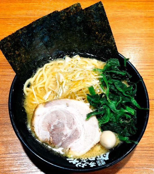 「ネギラーメン(並.ほうれん草.麺硬め)」@横浜家系ラーメン 秋津商店2号店の写真