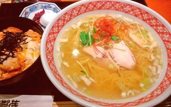 「鶏塩らーめんと伊達鶏の親子丼」@地鶏や 横浜ポルタ店の写真