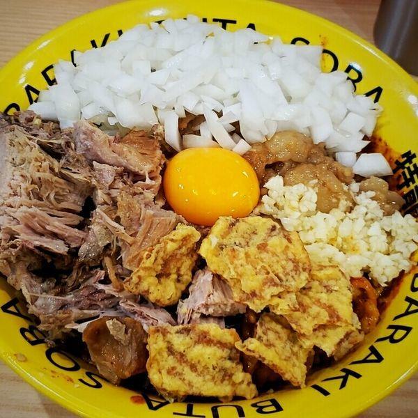 「辛豚まぜそば 950円+肉増 +タマネギ +生卵」@茨城豚そば 特龍 水戸堀町店の写真