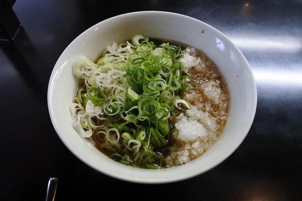 「三種葱増醤油らぁ麺¥930」@牛骨らぁ麺 マタドール 本店の写真