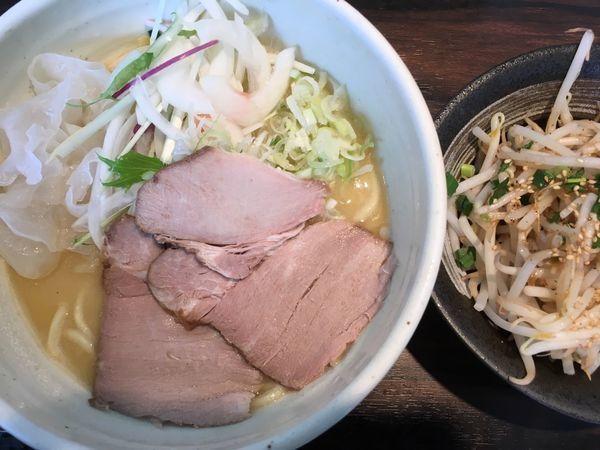 「鶏肉白湯ラーメン塩 800円(プチニラもやし +20円)」@(麺)並木商事の写真