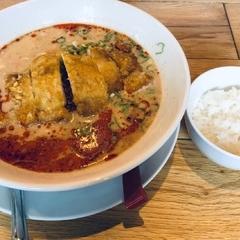 麺やすする 担担麺の写真
