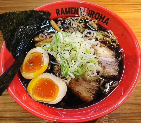 「富山ブラック味玉らーめん(890円)」@麺家いろは CiC店の写真