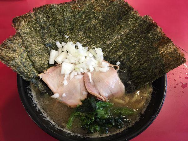 「ラーメン並 海苔 タマネギ ライス」@横浜家系ラーメン 高松家の写真