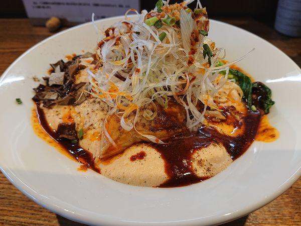 「冷たい沙茶醬を使ったクリーミー担々麺 よだれ鷄のせ(大盛り)」@らー麺屋 バリバリジョニーの写真