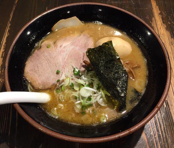 「ヨシべーラーメン正油(細麺)+半熟味付玉子」@ラーメン ヨシベー 八千代店の写真