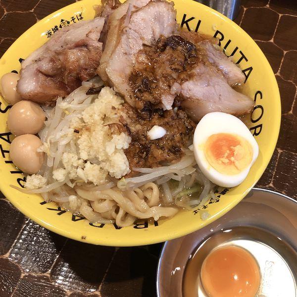 「豚そば(にんにく増,あぶら・野菜 ちょい増)+肉増し+生卵」@茨城豚そば 特龍本店の写真
